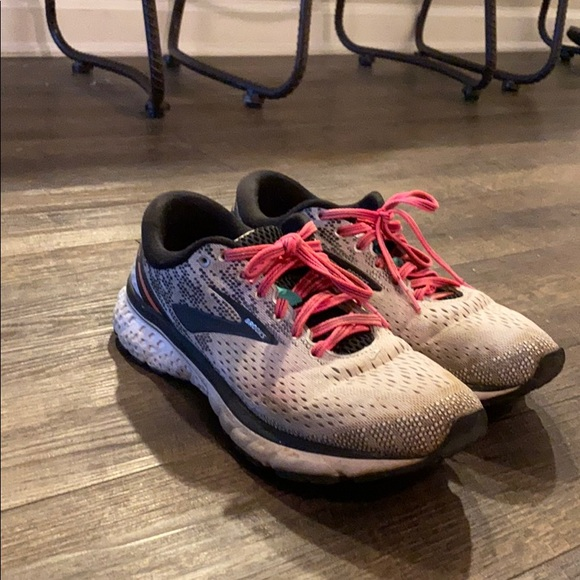 Brooks Shoes   Womens Running Size 9